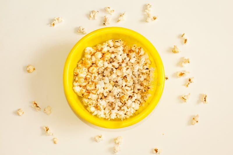 Smakligt rimmat popcorn i bunke på vit bakgrund Lägenheten lägger av bunken för pophavre Top beskådar Pophavre-slut upp arkivbilder