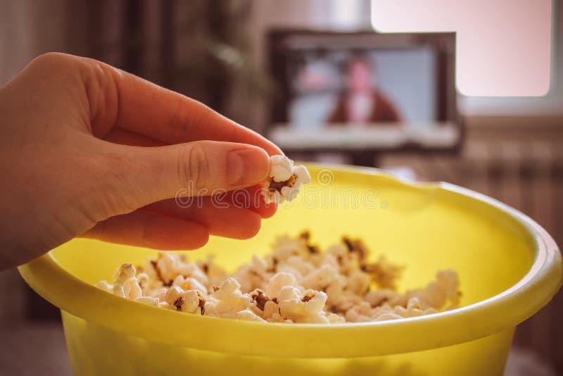 Smakligt rimmat popcorn i bunke på vit bakgrund Lägenheten lägger av bunken för pophavre Top beskådar Pophavre-slut upp arkivfoton