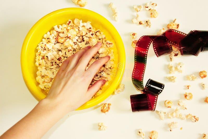 Smakligt rimmat popcorn i bunke på vit bakgrund Lägenheten lägger av bunken för pophavre Top beskådar Pophavre-slut upp royaltyfria foton