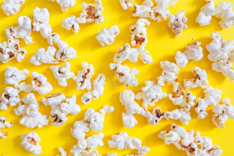 Smakligt rimmat popcorn på gul bakgrund Top beskådar Pophavre-slut upp Lägenheten lägger av pophavre arkivbild