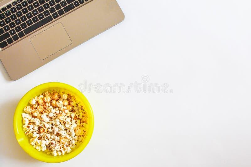 Smakligt rimmat popcorn på gul bakgrund Top beskådar Pophavre-slut upp Lägenheten lägger av pophavre royaltyfri bild