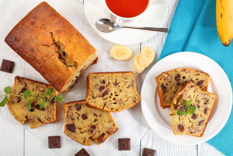 Smakligt skivat bananbröd och kopp te arkivfoto