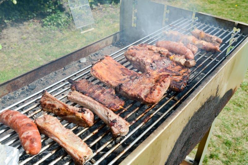 Smakligt sortiment av kött på en sommargrillfest arkivbilder