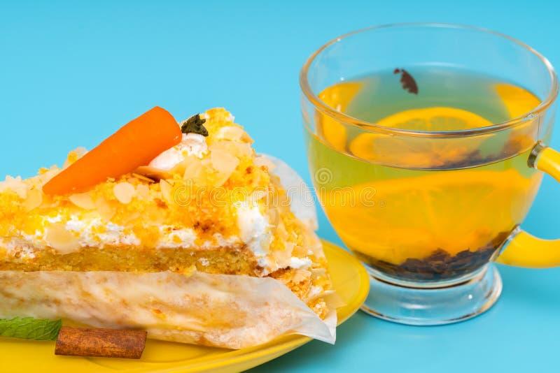 Smakosz świeżo piec marchwianego tort z gorącą herbatą zdjęcia stock