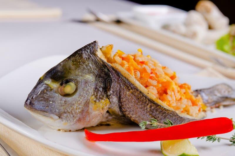 Smakosz faszerująca piec na grillu ryba obraz stock