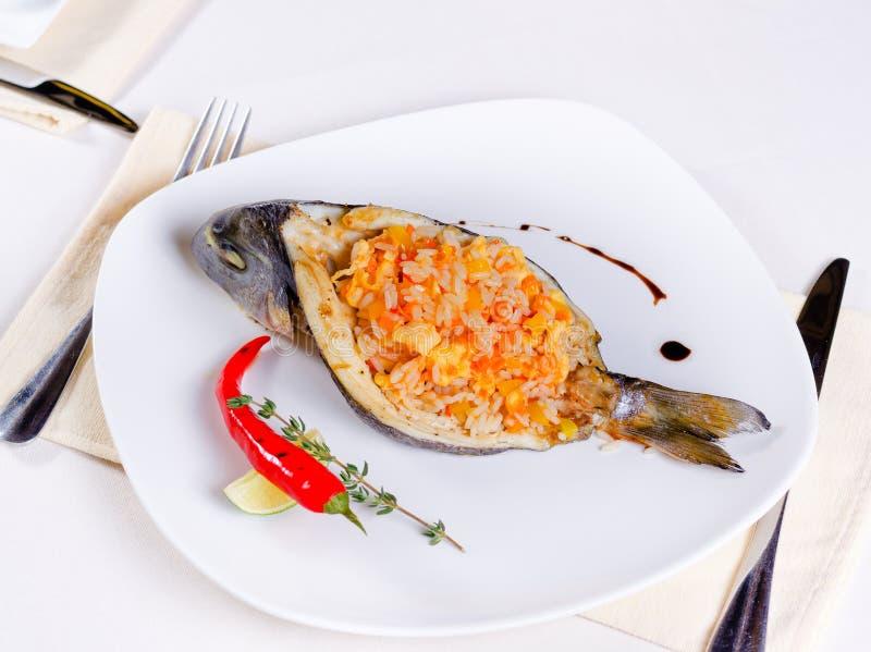 Smakosz faszerująca piec na grillu ryba obrazy royalty free