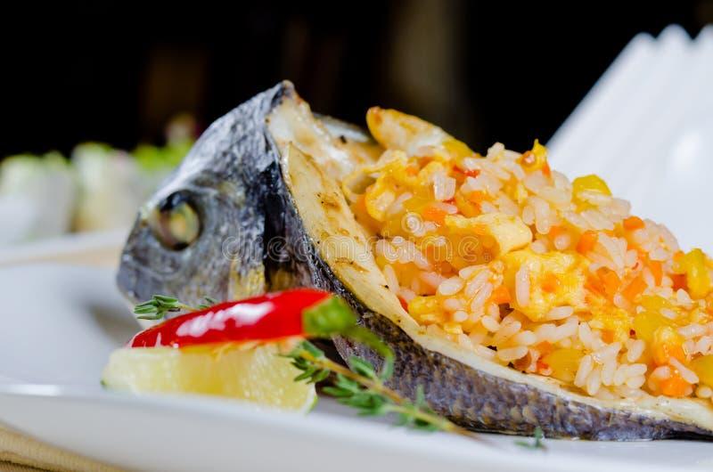 Smakosz faszerująca piec na grillu ryba obrazy stock