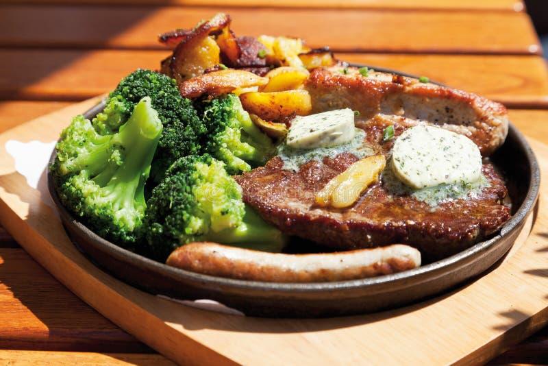 Smakosz niecka z piec mięsem, herbed masło, smażyć grule fotografia stock