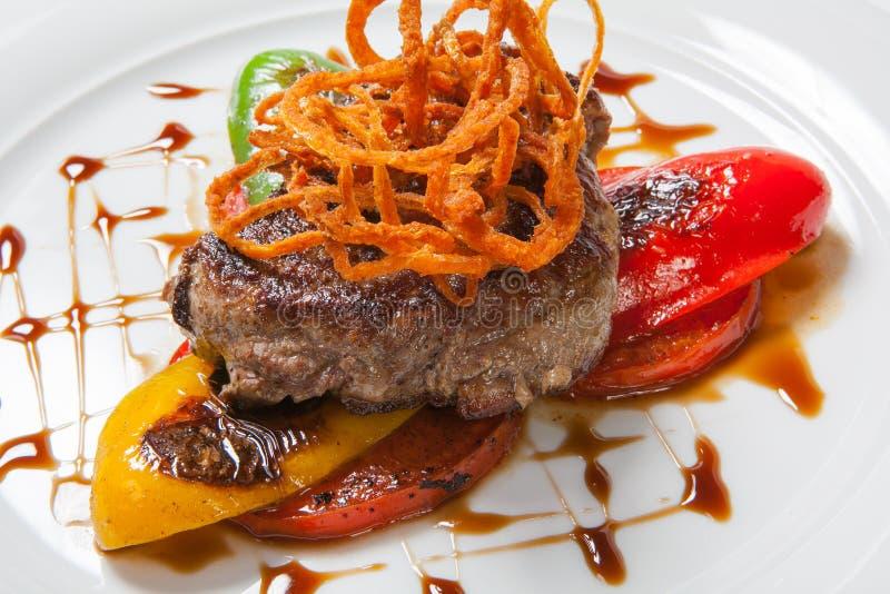 Smakosz piec mięso z pieprzami, cebulą i zielenią piec na grillu warzyw, fotografia royalty free