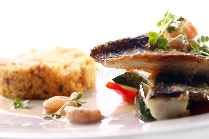 Smakosz piec na grillu ryba słuzyć z krewetkami obraz stock