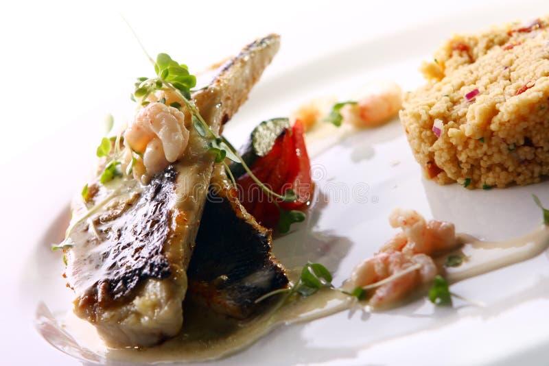 Smakosz piec na grillu ryba słuzyć z krewetkami zdjęcie stock
