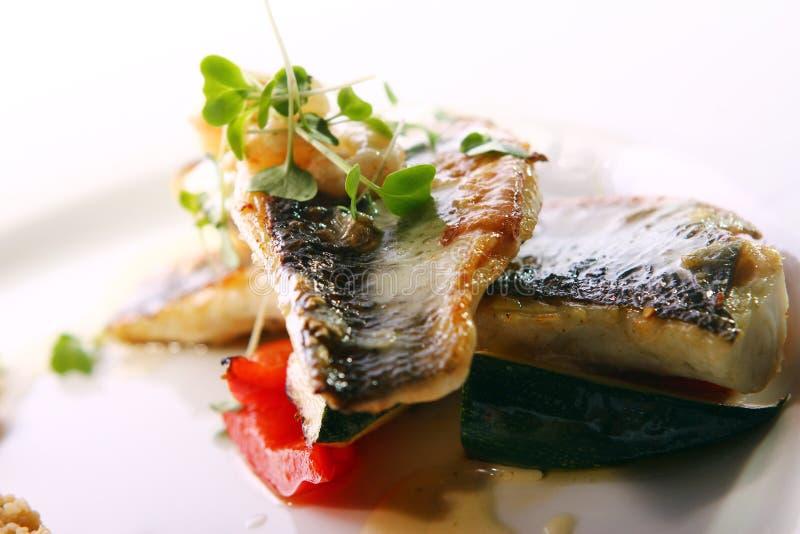 Smakosz piec na grillu ryba słuzyć z krewetkami zdjęcia royalty free