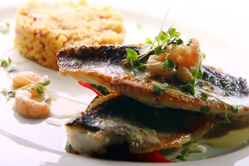Smakosz piec na grillu ryba słuzyć z krewetkami obraz royalty free