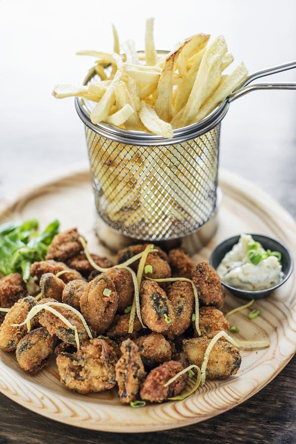Smakosz smażył ośmiornicy calamari stylu ustalonego posiłek z dłoniakami obrazy royalty free