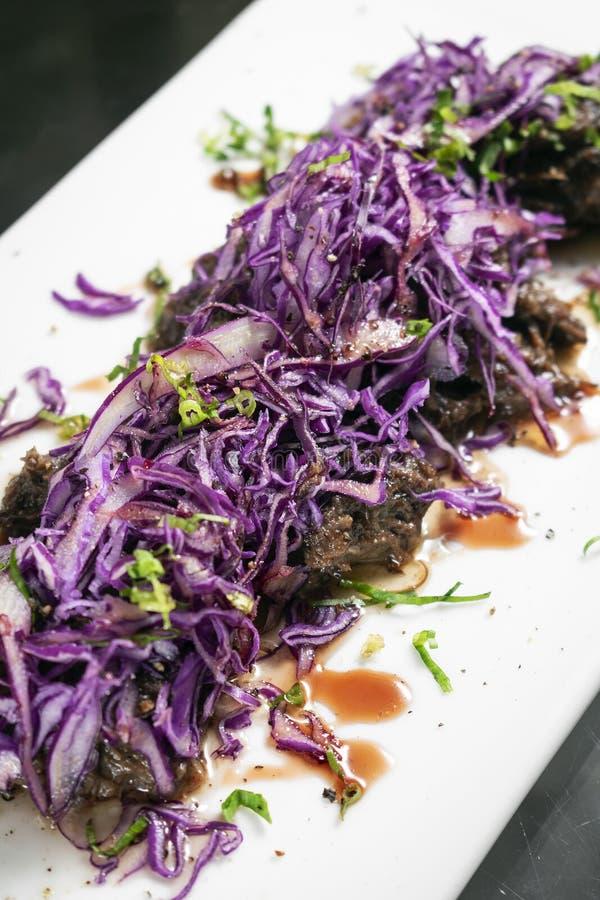 Smakosz stewed woÅ'owinÄ™ z marynowanym czerwonej kapusty sauerkraut naczyniem w Germany zdjęcie stock