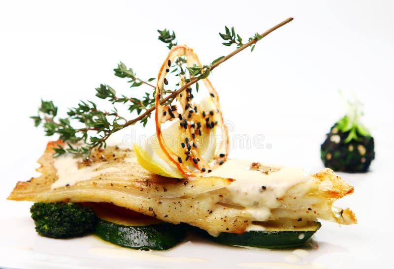 Smakosz styl piec na grillu ryba z warzywami obraz royalty free