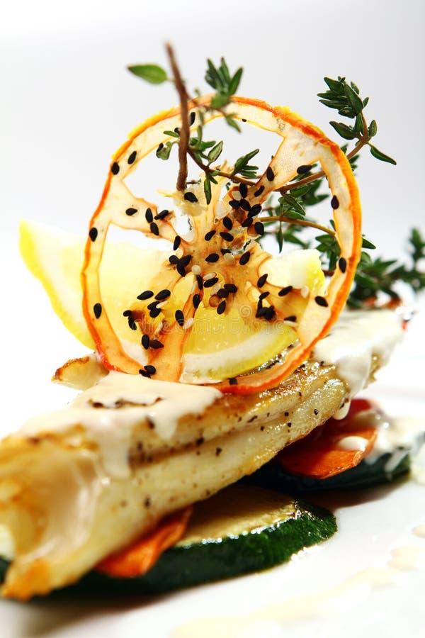 Smakosz styl piec na grillu ryba z warzywami zdjęcia stock