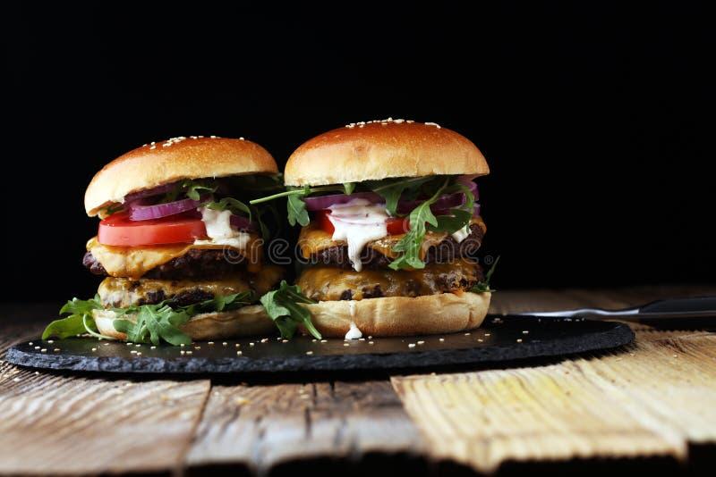 Smakowici świeżego mięsa hamburgery z sałatką i serem Domowej roboty Angus b zdjęcia royalty free