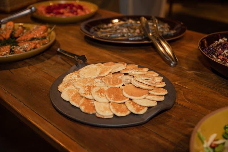 Smakowici bliny na drewnianym stole zdjęcie royalty free