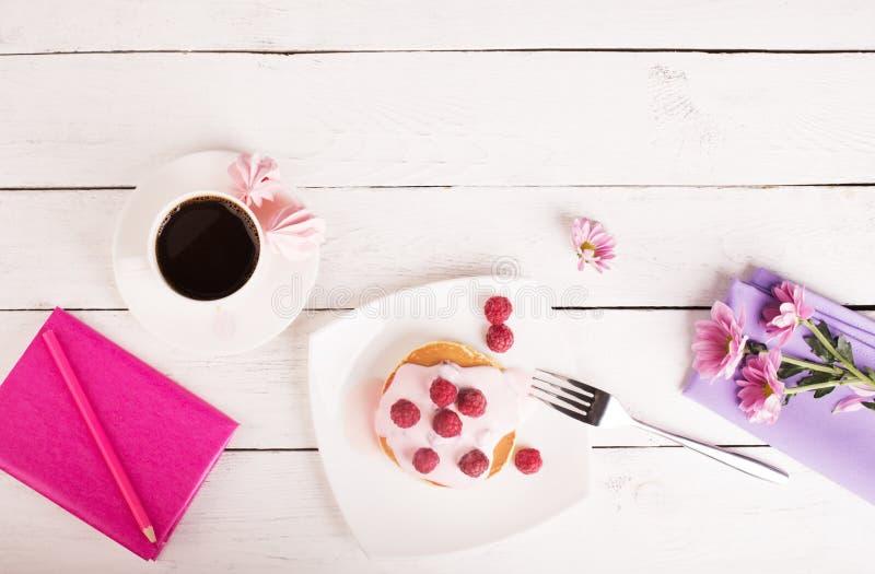 Smakowici bliny z różowym kumberlandem fotografia royalty free