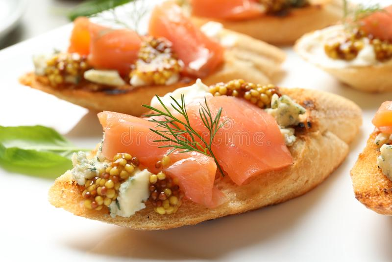 Smakowici bruschettas z łososiowym i błękitnym serem, zbliżenie obraz royalty free