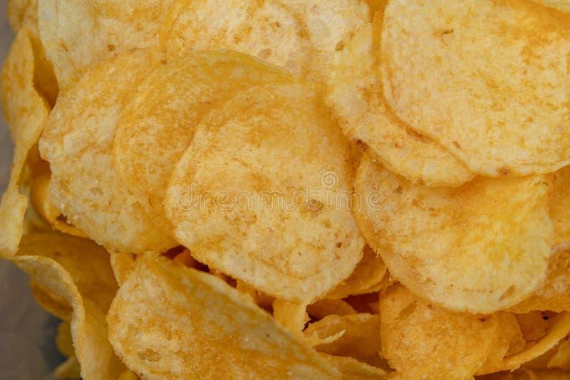 Smakowici chipsy na kuchennym stole Słone przekąski jako dodatek piwo zdjęcia royalty free