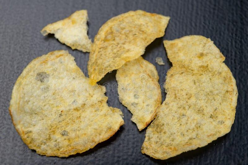 Smakowici chipsy na kuchennym stole Słone przekąski jako dodatek piwo fotografia royalty free