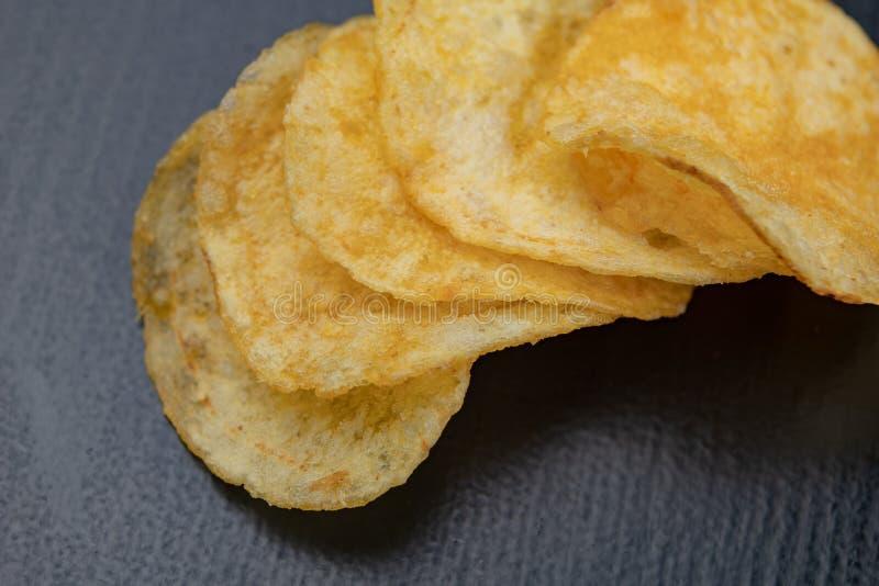 Smakowici chipsy na kuchennym stole Słone przekąski jako dodatek piwo zdjęcie stock