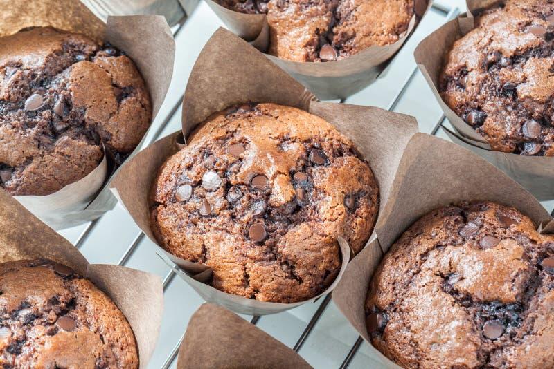 Smakowici domowej roboty czekoladowi muffins w brown papieru babeczkach na bak zdjęcie stock