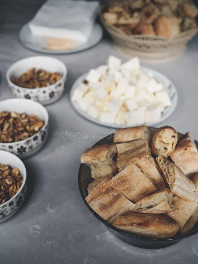 smakowici georgian serowi orzechy włoscy i kawałki chleb na stole obraz stock