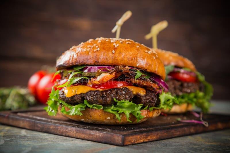 Smakowici hamburgery na drewnianym stole zdjęcie royalty free
