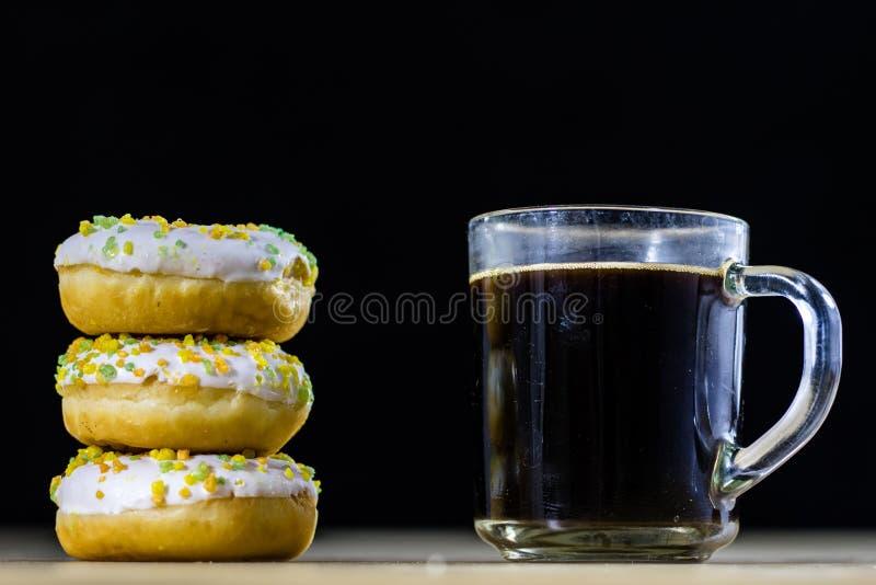 Smakowici i świezi donuts i kawa w szklanej filiżance Napój i swee zdjęcia stock
