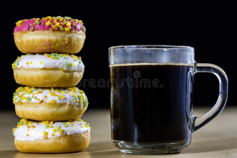 Smakowici i świezi donuts i kawa w szklanej filiżance Napój i swee zdjęcia royalty free