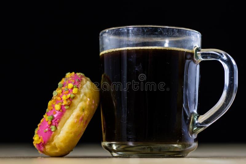 Smakowici i świezi donuts i kawa w szklanej filiżance Napój i swee obrazy stock
