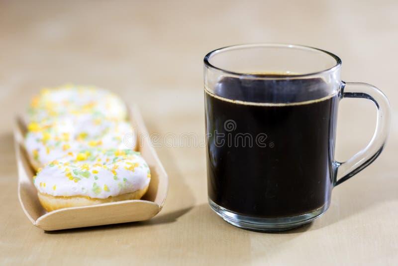 Smakowici i świezi donuts i kawa w szklanej filiżance Napój i swee obraz stock