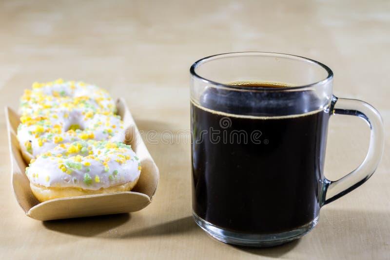 Smakowici i świezi donuts i kawa w szklanej filiżance Napój i swee zdjęcie stock