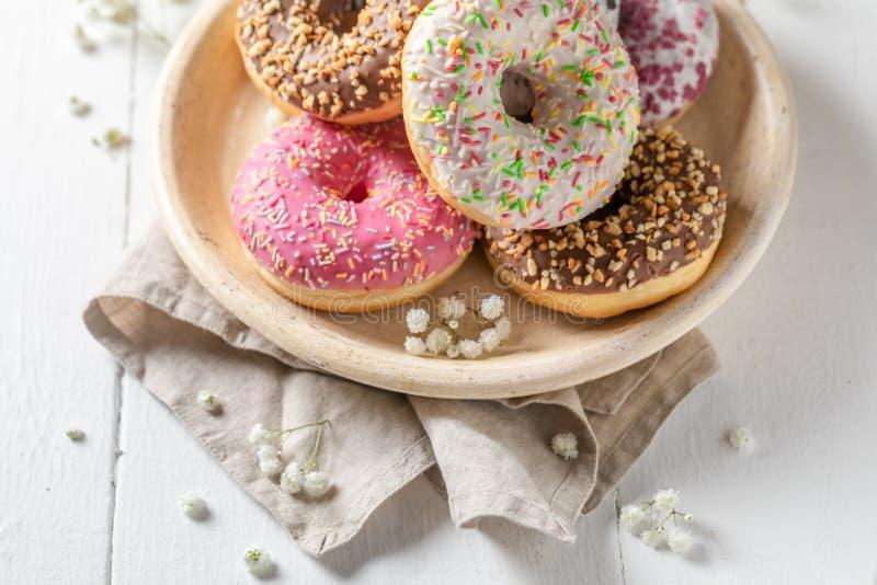 Smakowici i domowej roboty donuts z różnorodnymi typami polewy zdjęcie stock