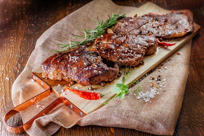 Smakowici i soczyści stosy wołowina przygotowywają na węglach obraz stock