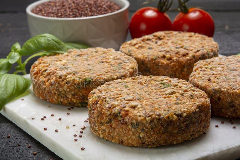 Smakowici jarscy hamburgery robić od zdrowego quinoa, basila, pomidorów i mozzarella sera, obraz stock