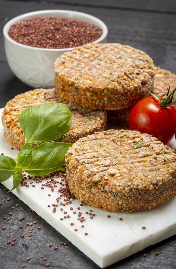 Smakowici jarscy hamburgery robić od zdrowego quinoa, basila, pomidorów i mozzarella sera, zdjęcie royalty free
