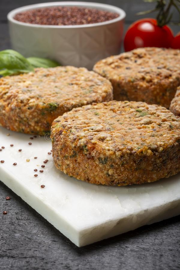 Smakowici jarscy hamburgery robić od zdrowego quinoa, basila, pomidorów i mozzarella sera, fotografia royalty free