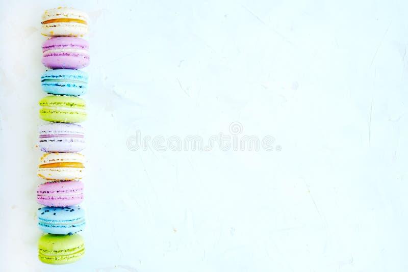 Smakowici kolorowi macaroons w marmurowym tle Tekst przestrzeń Samotny marznący drzewo zdjęcie royalty free