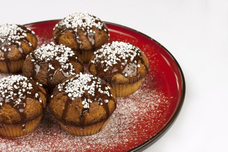 Smakowici muffins na czerwonym ceramicznym talerzu zdjęcia stock