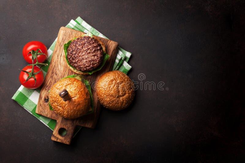 Smakowici piec na grillu domowi robić hamburgery zdjęcia stock
