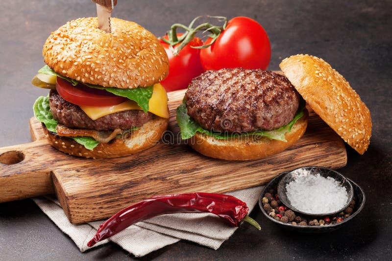 Smakowici piec na grillu domowi robić hamburgery fotografia stock