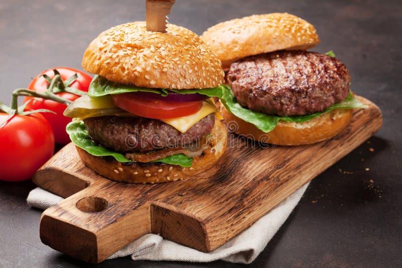 Smakowici piec na grillu domowi robić hamburgery fotografia royalty free