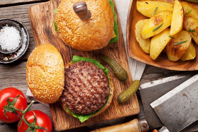 Smakowici piec na grillu domowi robić hamburgery obrazy royalty free