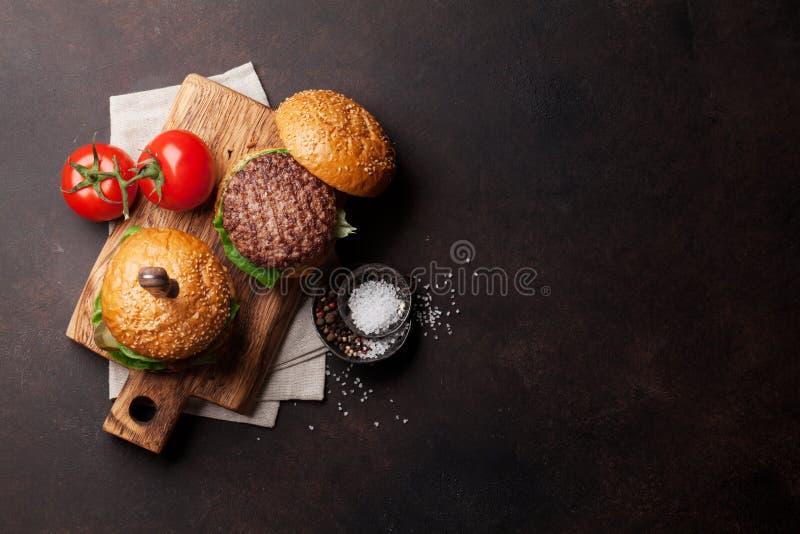 Smakowici piec na grillu domowi robić hamburgery zdjęcia royalty free