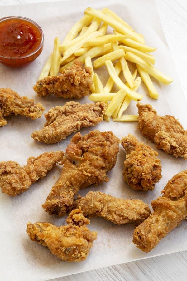 Smakowici pieczonych kurczaków drumsticks, korzenni skrzydła, francuz smażą i kurczak dotyka z cukierki kumberlandem na wypiekowy obrazy royalty free