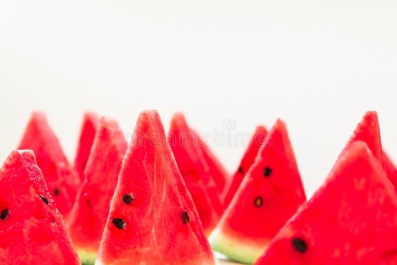 Smakowici plasterki soczysty czerwony arbuz na białym tle owocowy czerwono granatowiec zawartość nasion lato obraz stock